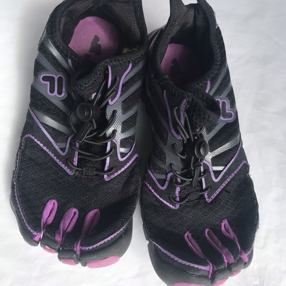 FilaBlack footed toe sneakers shoes size 6